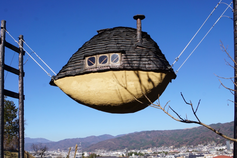 宙に浮いている茶室.jpg