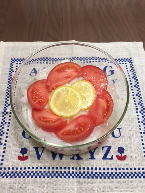 玉ねぎのお酢漬けとトマトのサラダ.JPG