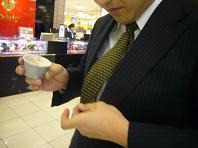 ネクタイにアイスをこぼすK.JPG