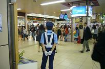 地下街の警官.JPG