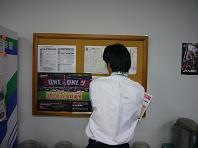 掲示板に貼るT氏.JPG