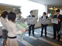 新聞も読んでみましたエコ.JPG